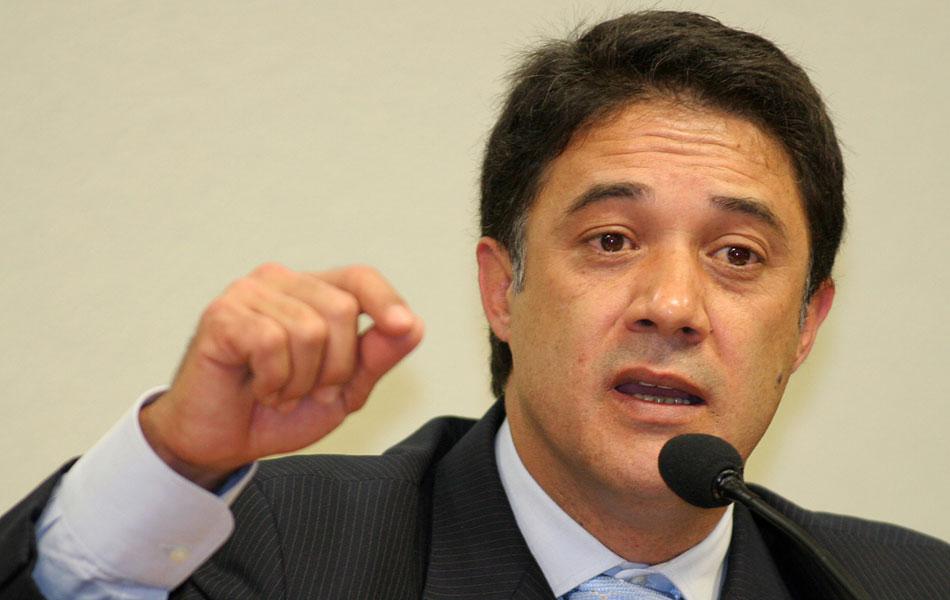 Silvio Pereira, secretário-geral do PT, deixa a legenda após assumir que ganhou um jipe Land Rover como presente de uma fornecedora da Petrobras. Em entrevista meses depois, ele afirma que toda a executiva nacional do PT sabia do esquema.