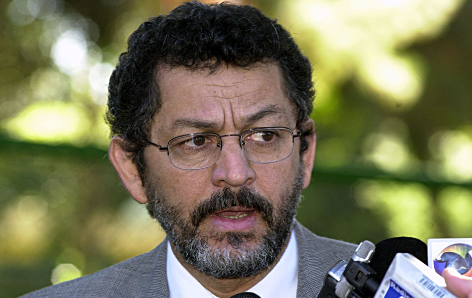 Valdemar Costa Neto foi o primeiro parlamentar a renunciar devido ao escândalo, e foi seguido posteriormente por outros três. Um deles foi Paulo Rocha (PT-SP) (foto), que era o dono do apartamento onde teria ocorrido a reunião citada po Neto.