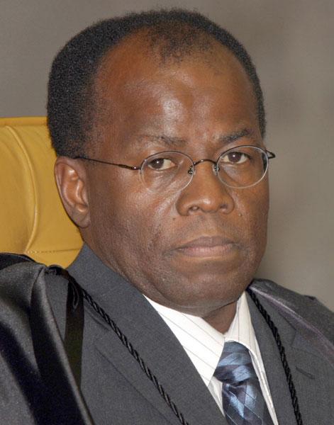 O ministro Joaquim Barbosa, relator do caso no Supremo, entrega em agosto de 2007 seu relatório sobre a acusação dos 40 integrantes do esquema. O STF acata e transforma os acusados em réus.