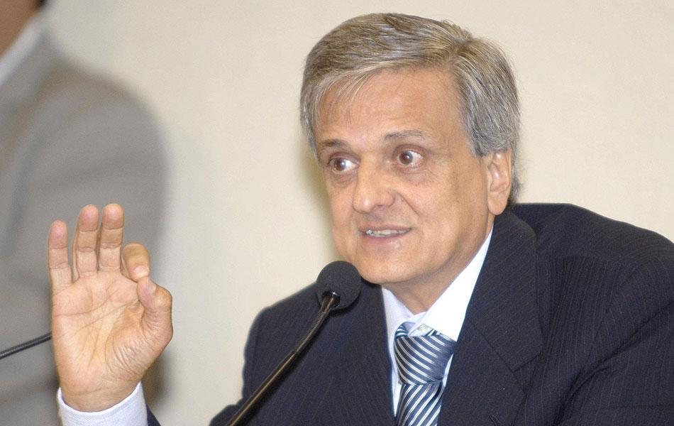 Em abril de 2006, o procurador-geral da República, Antonio Fernando Souza, apresenta denúncias contra 40 pessoas no esquema do Mensalão, e as encaminha ao STF. As 2 imagens seguintes mostram eles, com exceção de Anita Leocádia, Antonio Lamas e Geiza Dias.