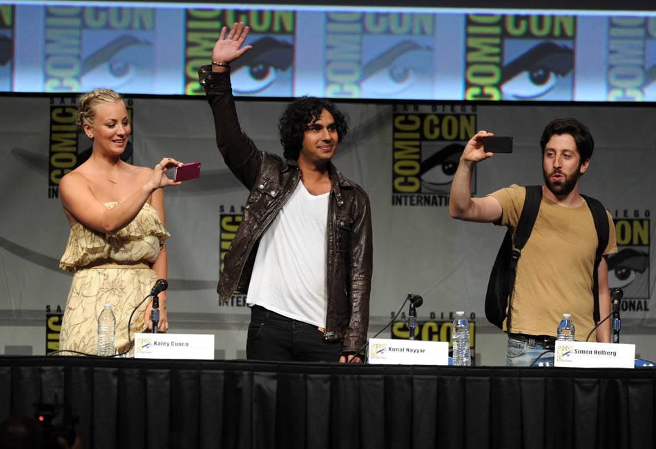 "13 de junho - Os atores Kaley Cuoco, Kunal Kayyar, e Simon Helberg falam sobre o ""The Big Bang Theory"" em coletiva durante a Comic-Con"