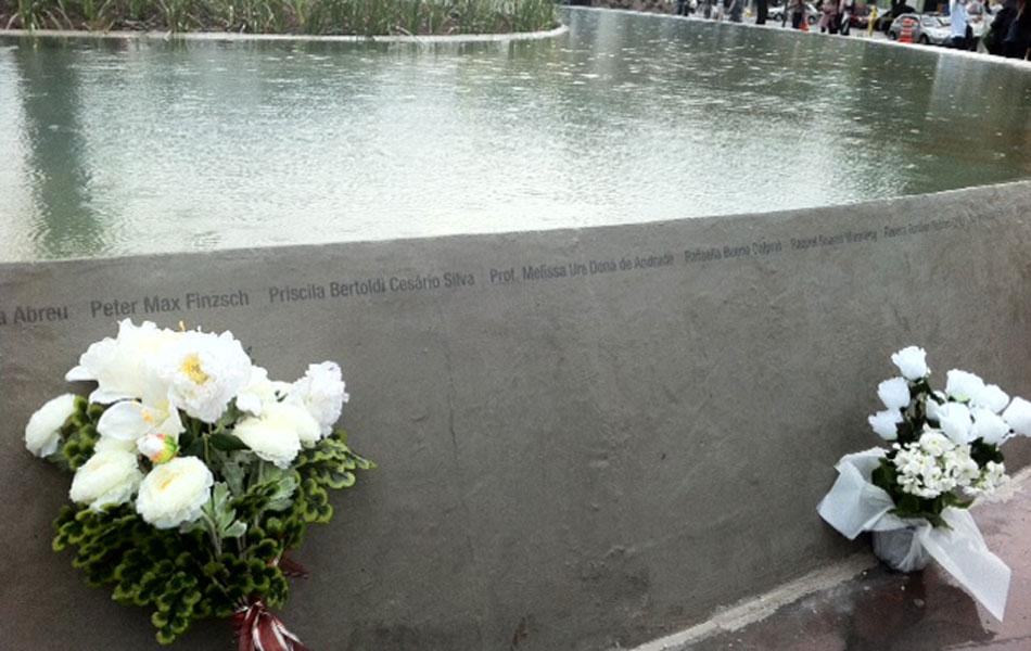 Nomes das vítimas foram escritos em volta de espelho d'água em praça