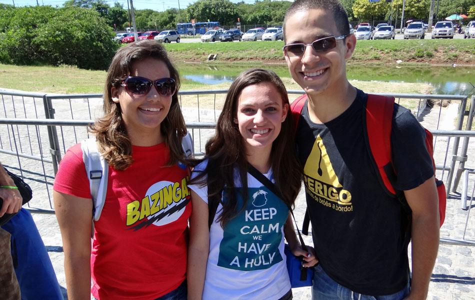 Amigos Ylka Danielle, Thamiris Tiburtino e Homero Barbosa, de Caruaru (PE), escolheram as camisetas especialmente para o evento.