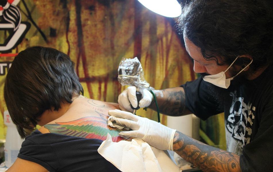 Jovem aproveitou para se tatuar no evento