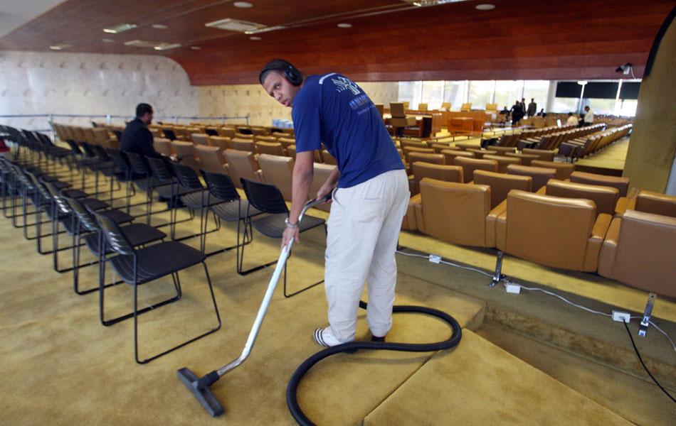 2 de agosto - Funcionário da limpeza passa aspirador no plenário do Supremo Tribunal Federal (STF), em Brasília, horas antes do julgamento do mensalão