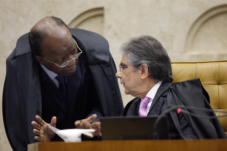 2 de agosto - Presidente e vice-presidente do STF em sessão plenária que julga a Ação Penal 470