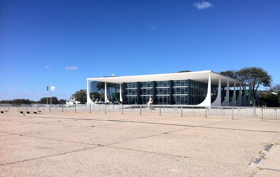 2 de agosto - Praça dos Três Poderes é vista vazia a poucas horas do início do julgamento do mensalão no STF