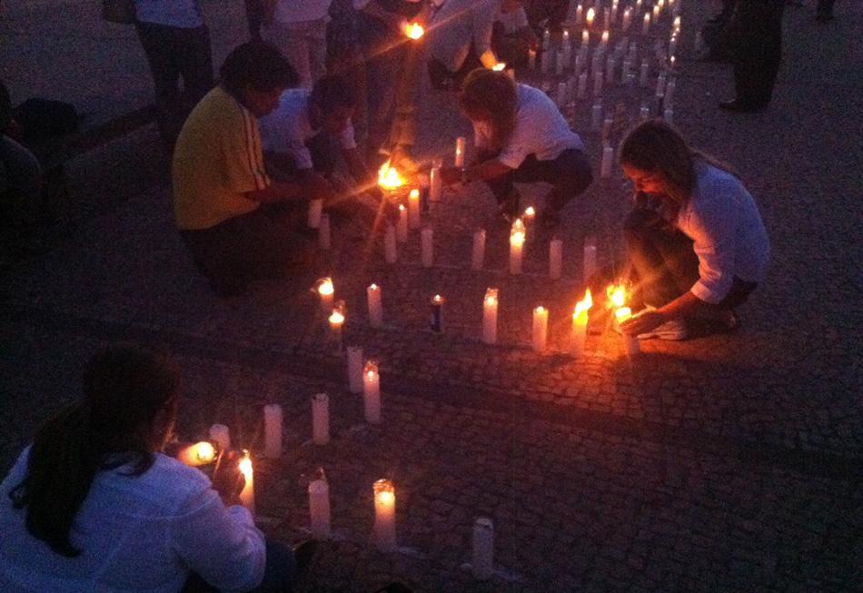 2 de agosto - Em protesto contra corrupção, jovens colocam velas em frente ao STF durante o julgamento do mensalão