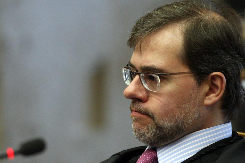 3 de agosto - O ministro José Antônio Dias Toffoli observa enquanto o procurador-geral da República apresenta seus argumentos de acusação no segundo dia do julgamento.