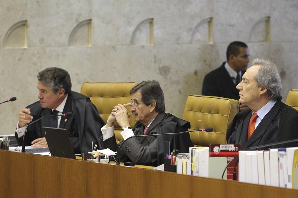 3 de agosto - Os ministros Marco Aurélio Mello, Cezar Peluso, e Ricardo Lewandowski, no segundo dia de julgamento do mensalão no Supremo Tribunal Federal (STF).