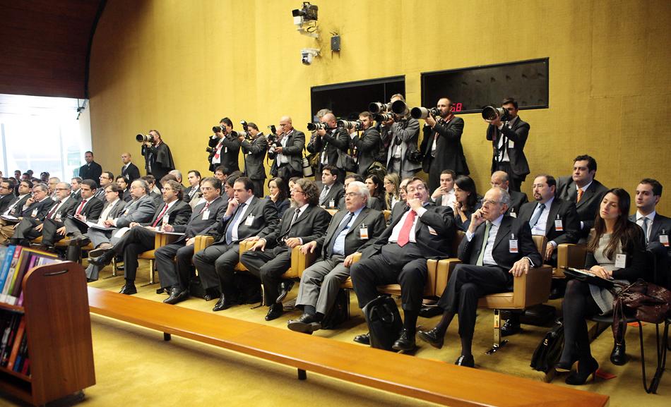 3 de agosto - Advogados e fotógrafos acompanham o segundo dia do julgamento no STF