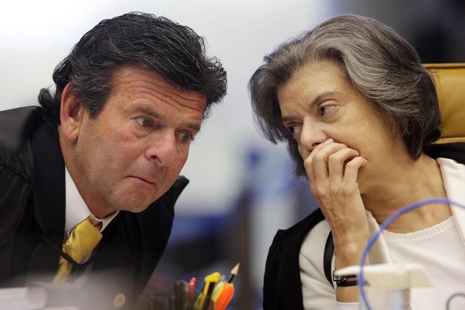 3 de agosto - Ministra Cármen Lúcia e ministro Luiz Fux conversam durante julgamento.