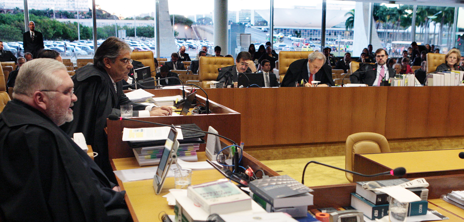 3 de agosto - Roberto Gurgel, procurador-geral da República, teve cinco horas para mostrar dados do processo sobre os 38 acusados no caso