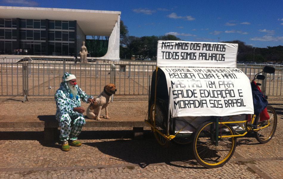 3 de agosto - Vestido de palhaço ao lado de seu cão, Nilson Francisco dos Santos, 62 anos, conta que foi ao STF para pedir justiça. 'Eu vinha de qualquer jeito para protestar contra a corrupção, mas aí fiquei sabendo do julgamento do mensalão'