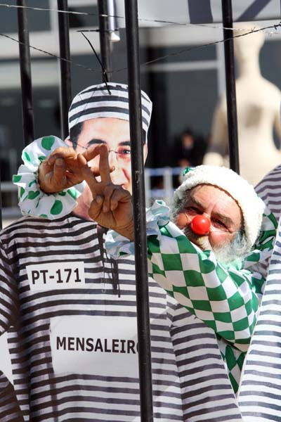 Movimento Sindical Contra Corrupção faz protesto com bonecos dos réus do mensalão em frente ao STF.