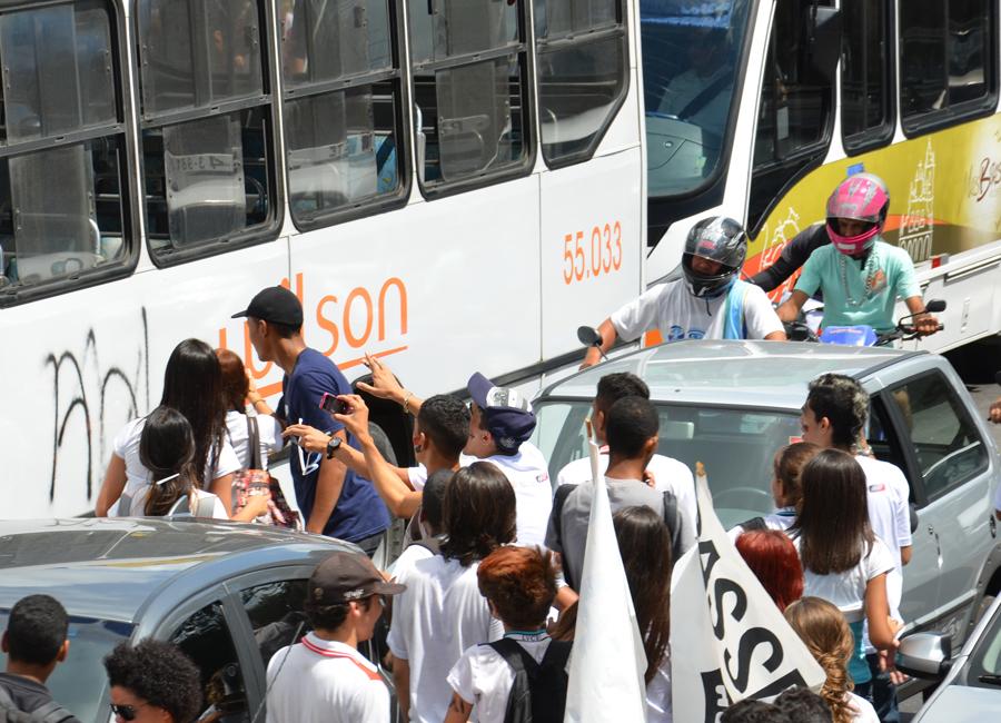 Durante o protesto, alguns ônibus foram pichados enquanto estavam parados
