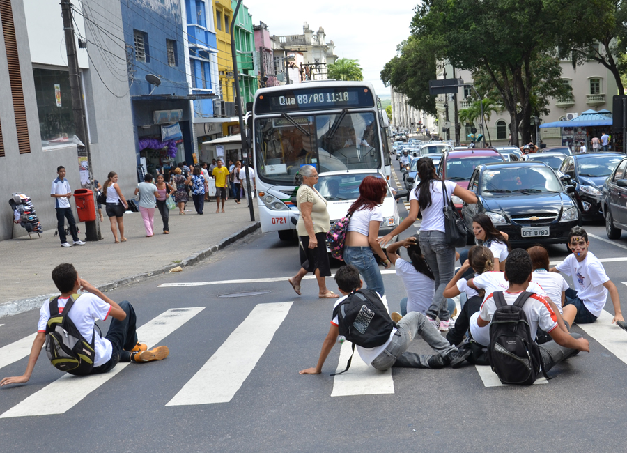 Estudantes de João Pessoa sentaram em faixa de pedestre para protestar pelo passe livre