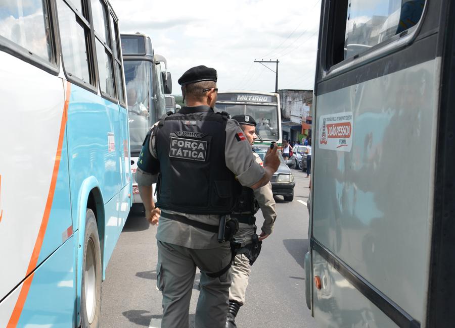 Policiais militares usaram spray de pimenta para dispersar a aglomeração de estudantes