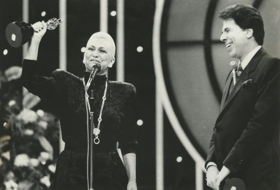 Hebe Camargo com Silvio Santos recebendo Troféu Imprensa em 1988 (Foto: Folhapress)