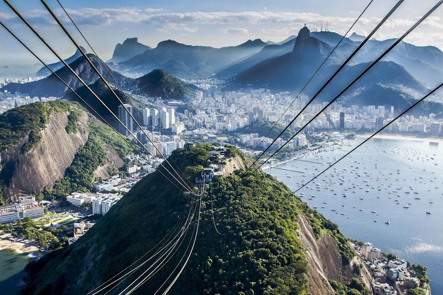 O dentista Vinícius Vardiero, que mora em Maceió (AL), tem a fotografia como hobby há 2 anos. A foto foi feita durante uma visita à irmã no Rio. 'Já tinha feito várias fotos antes no bondinho, mas achei esta a melhor. Gostei da névoa sobre a cidade.