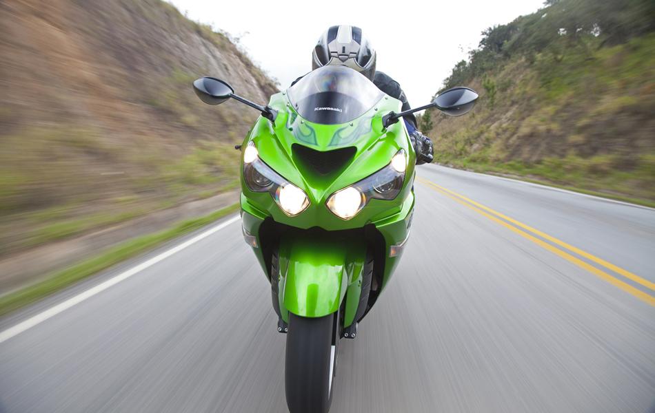 Bolha dianteira e carenagens garantem bom efeito aerodinâmico. Segundo a Kawasaki, a ZX-14R é a moto produzida em série mais potente do mundo