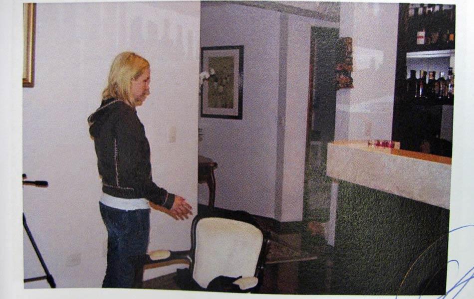 """Laudo: """"Elize retorna a sala e sem saber o que fazer resolve ir até a lavanderia."""""""
