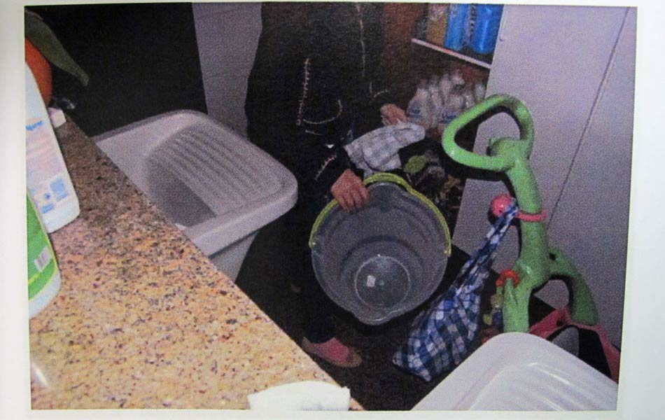 """Laudo: """"Pega um balde em outro armário na lavanderia."""""""