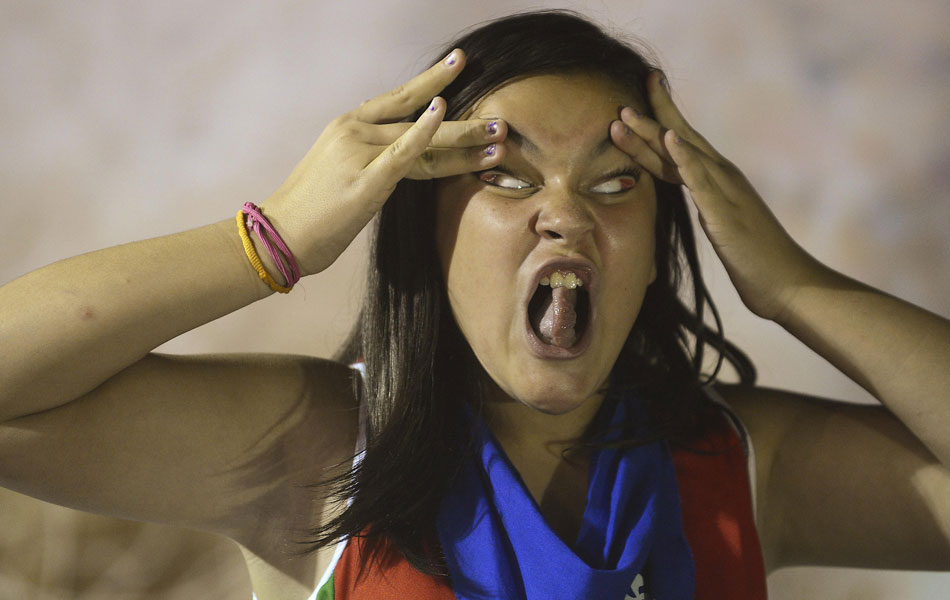 Participante de 'concurso de feios' faz careta na cidade basca de Bilbao nesta quinta-feira (23)