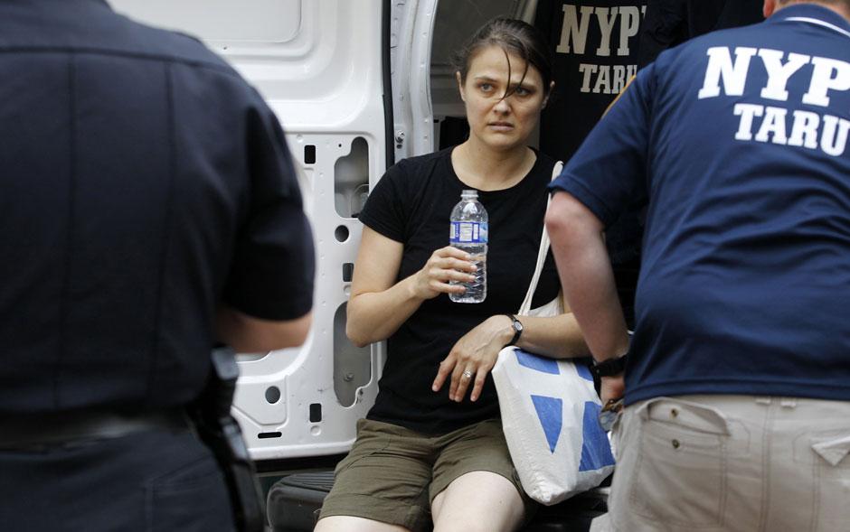 Mulher identificada como uma vítima que estava no local quando o homem começou a atirar é socorrida em choque pela polícia