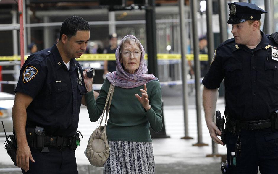 Policiais ajudam uma idosa na cena do incidente em Nova York