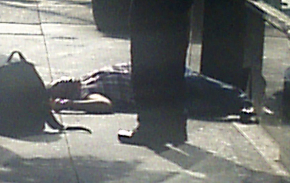 Homem observa corpo caído em calçada próximo ao Empire State Building, em Nova York