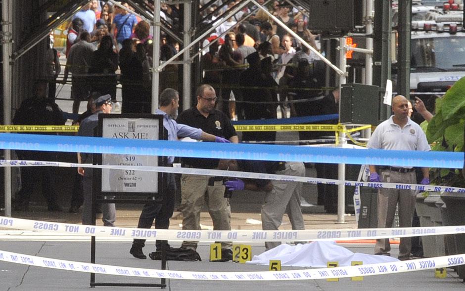 Um homem abriu fogo e matou ao menos uma pessoa, além de ferir outras oito a bala nesta sexta-feira (24) próximo ao Empire State Building, em Manhattan, Nova York. O atirador foi morto por policiais antiterror, segundo a polícia
