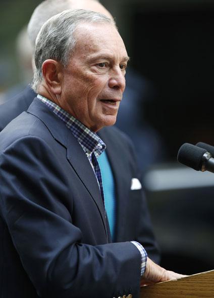 O prefeito de Nova York, Michael Bloomberg, faz pronunciamento em local próximo ao do tiroteio. 'Nova York é a cidade mais segura do país, mas não somos imunes ao problema nacional de violência com armas', disse