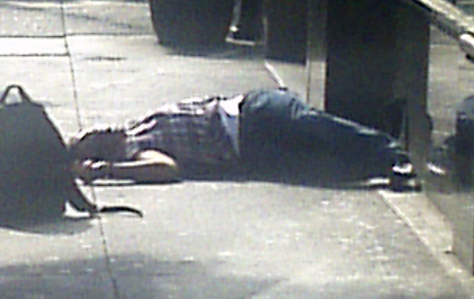 Corpo de um homem caído em calçada próximo ao Empire State Building