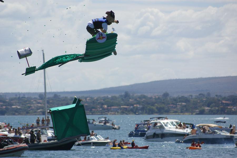 Competidor salta durante sobre o Lago Paranoá em evento neste domingo em Brasília