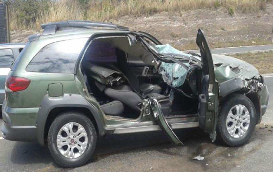 Um passageiro do outro automóvel envolvido, um Fiat Adventure, morreu a caminho do hospital.