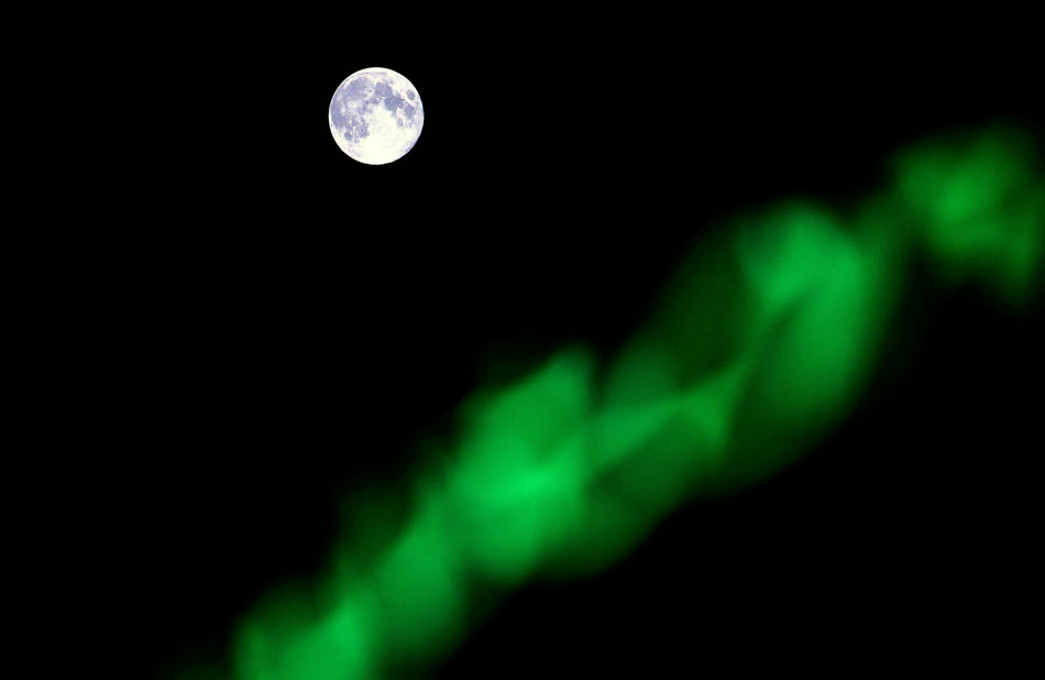 Lua azul é vista ao lado de neon em Damasco, na capital da Síria.