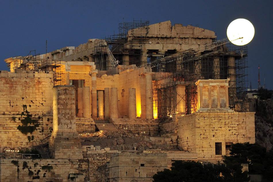 Foto mostra 'lua azul' acima da antiga colina da Acrópole, em Atenas.
