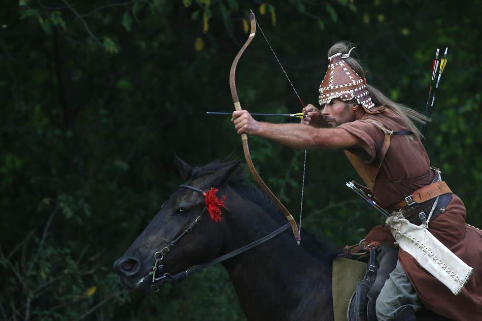 Mihai Cozmei da Romênia disputa Campeonato Aberto Europeu de tiro com arco a cavalo em Veroce, cerca de 60 km ao norte da capital Budapeste.