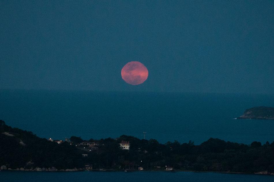 A lua azul vista da Lagoa da Conceição em Florianópolis nessa sexta-feira (31).