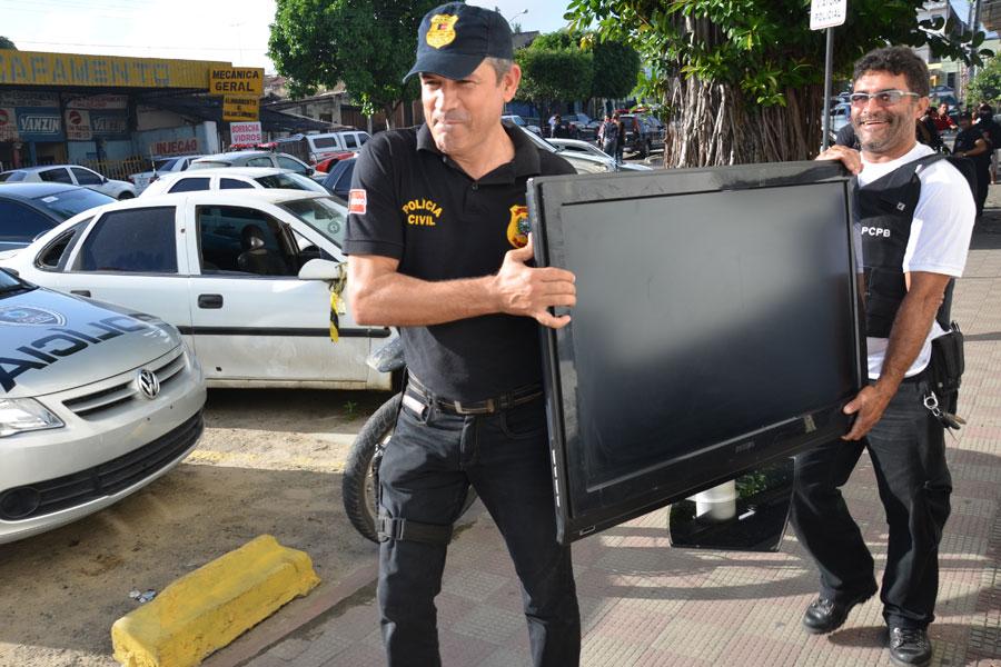 Televisão de tela plana foi apreendida em casa de suspeito de comandar tráfico em João Pessoa
