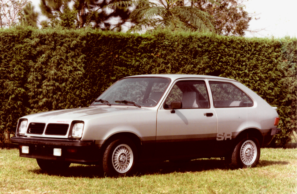 1981 - Lançado o Chevette S/R, uma versão com apelo esportivo e motor 1.6