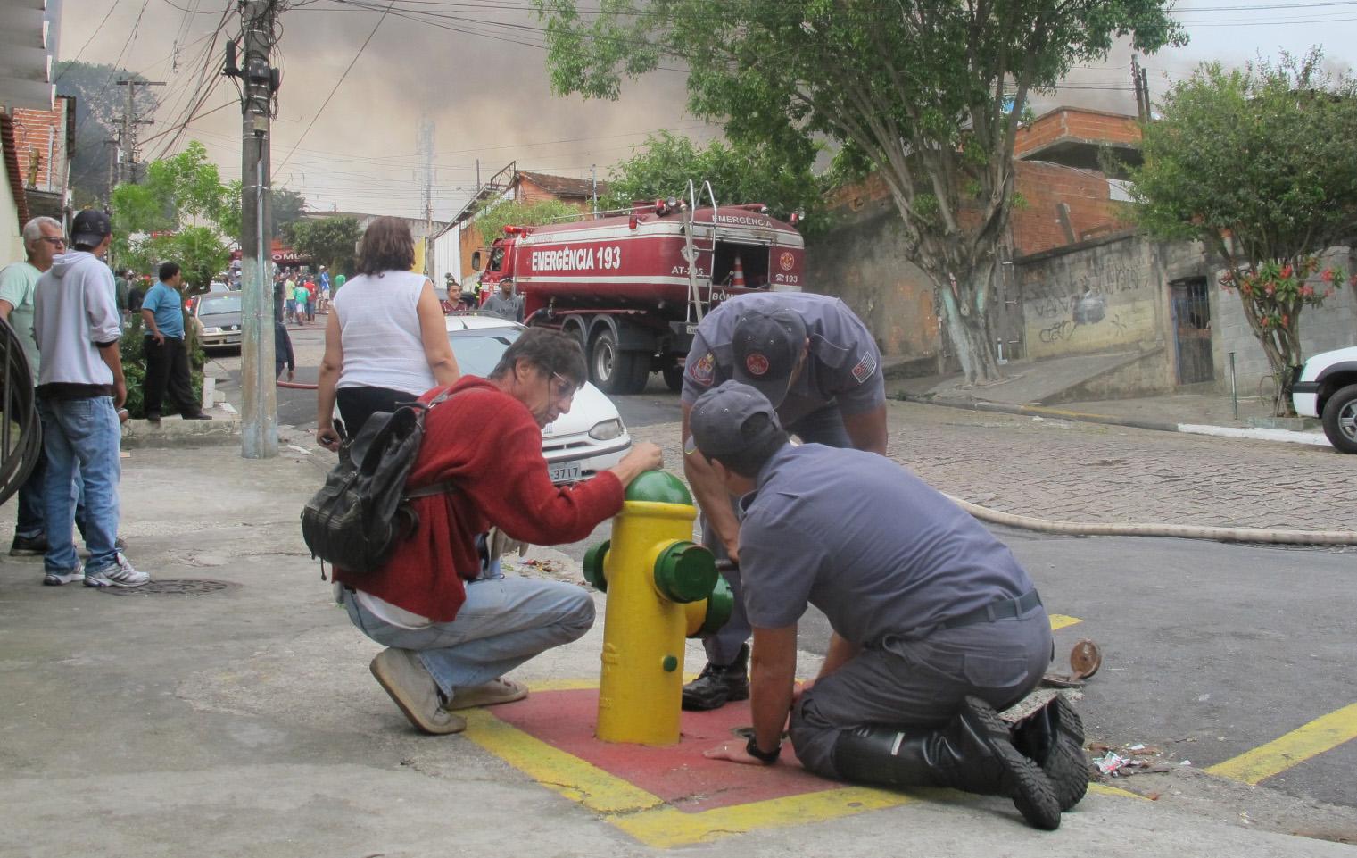Com ajuda de moradores, bombeiros conseguiram usar água de hidrante no combate ao incêndio