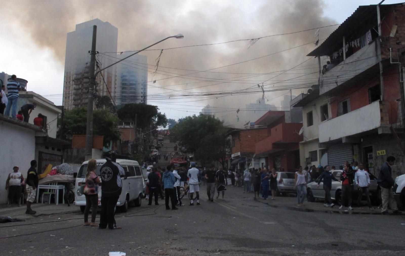 Curiosos e moradores se aglomeram próximo à Avenida Jornalista Roberto Marinho para observar combate ao fogo