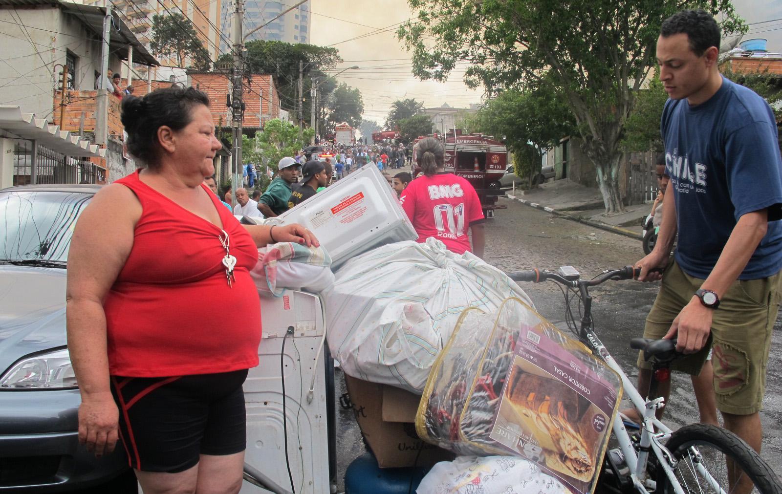 Doméstica Sebastiana Helena Ferreira, de 52 anos, cuida de objetos retirados da casa da filha dela