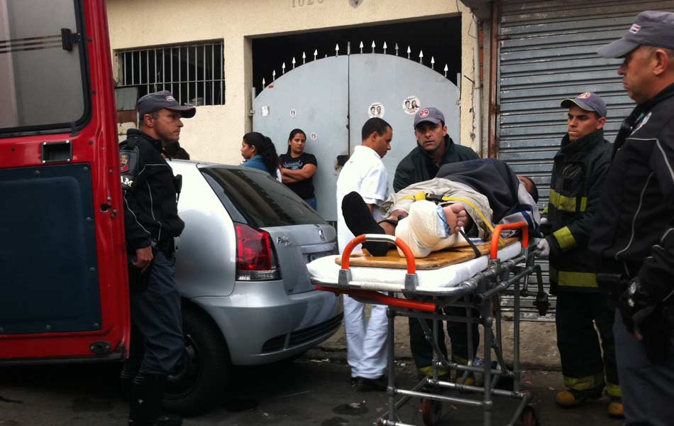 Homem se feriu ao cair de barraco enquanto tentava retirar objetos