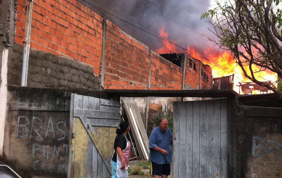 Moradores observam fogo chegando perto da residência deles