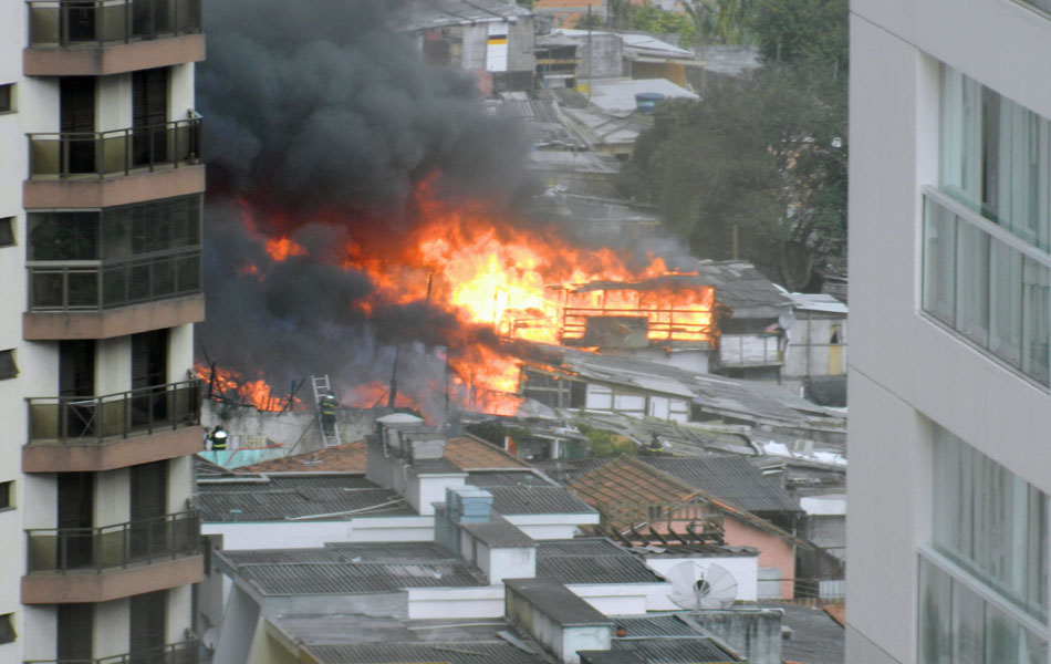 Incêndio visto de alto de prédio na região do Aeroporto de Congonhas