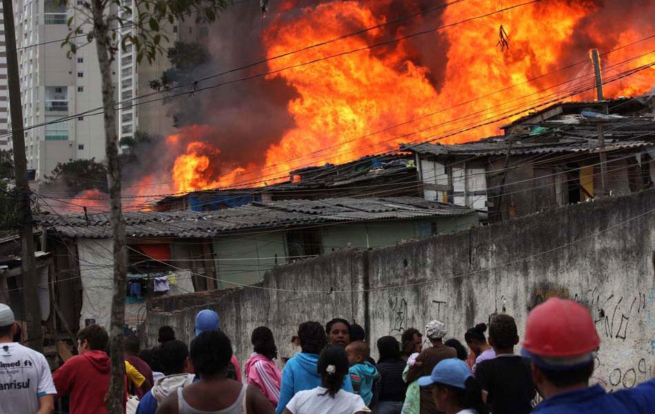 Chamas altas durante incêndio na Zona Sul de São Paulo nesta segunda-feira