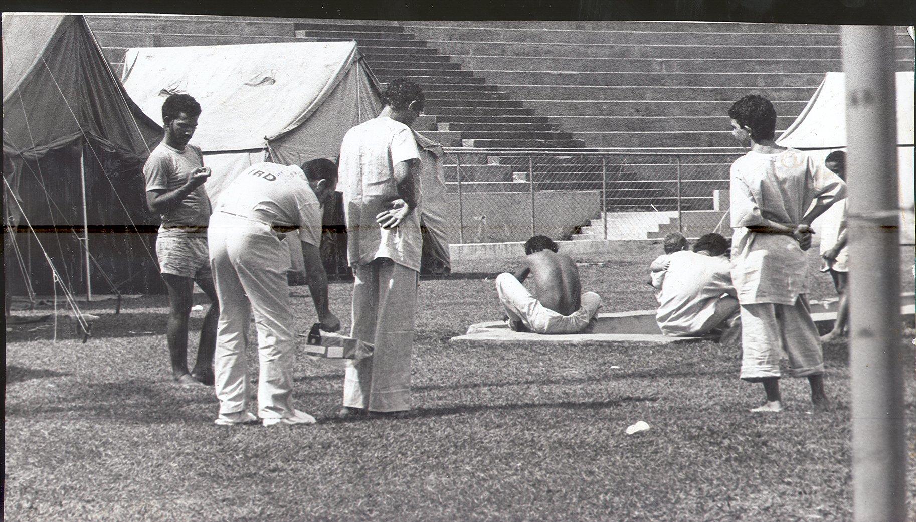 Pessoas contaminadas por césio-137 acampadas no Estádio Olímpico em Goiânia
